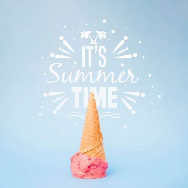 Fondo con tipografía de verano con helado PSD gratuito