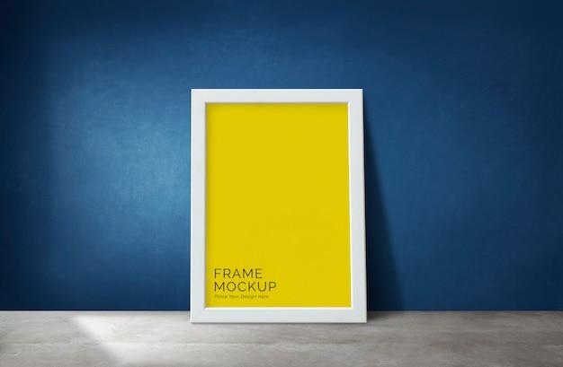Frame door een blauwe muur Premium Psd
