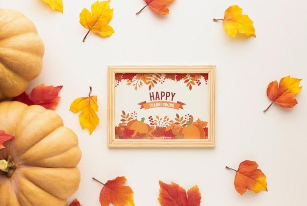 Frame met dankzeggingsbericht en kleurrijke bladeren Gratis Psd