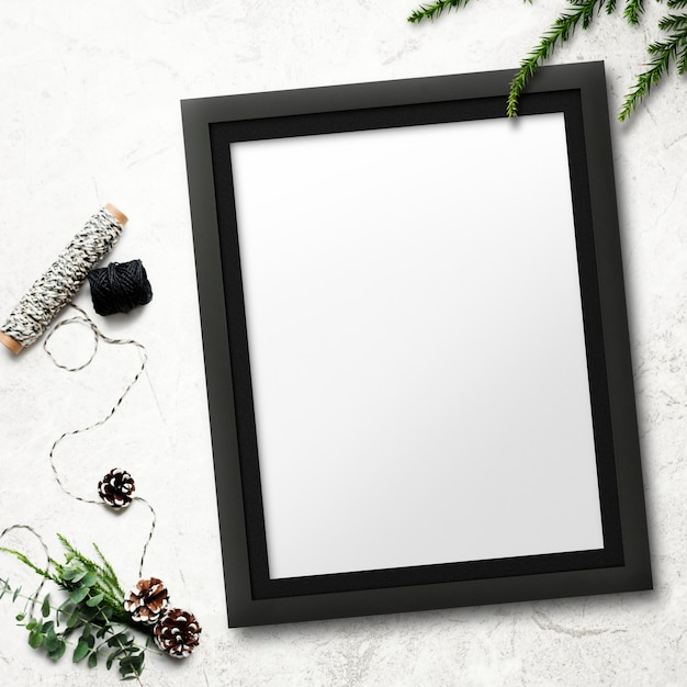 Frame mockup met kerstversiering op een gekleurde achtergrond Gratis Psd