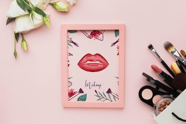 Frame op tafel en cosmetische producten Gratis Psd