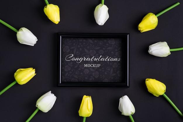 Frisse witte en gele tulpenbloemen met zwarte fotolijst Premium Psd