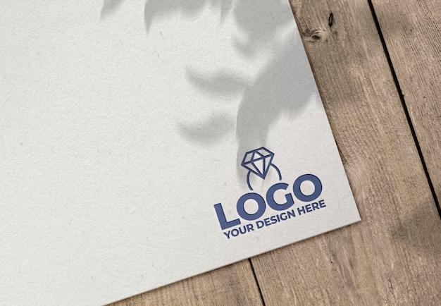 Gegraveerd logo op papieren mockup Gratis Psd