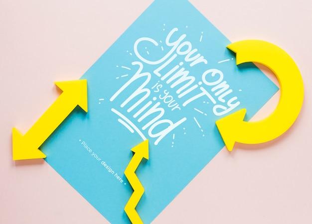 Gele pijlen en belettering op papier Gratis Psd