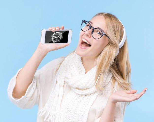 Gelukkig jonge vrouw met een koptelefoon Gratis Psd