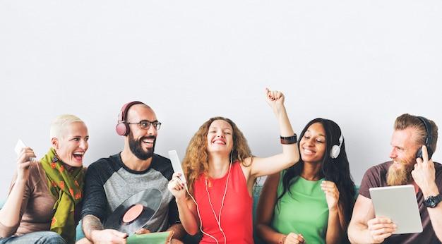 Gelukkige groep vrienden die en aan muziek delen luisteren Premium Psd