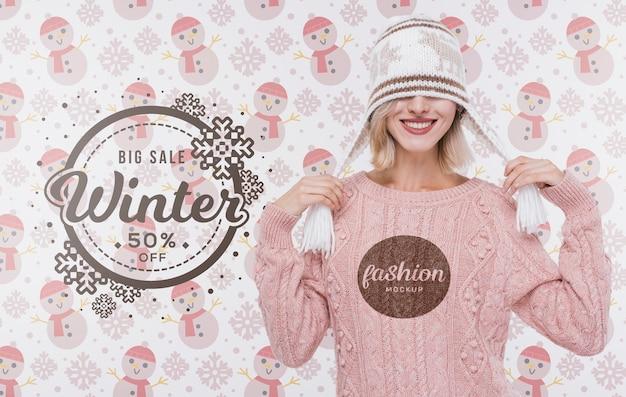 Gelukkige jonge vrouw met de wintersweater Gratis Psd