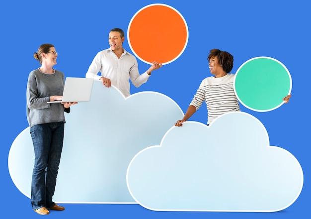 Gelukkige mensen met cloud en technologie iconen Premium Psd
