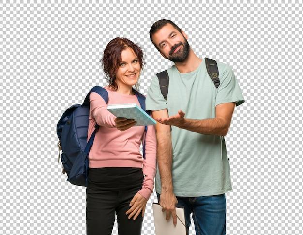 Gelukkige twee studenten met rugzakken en boeken Premium Psd