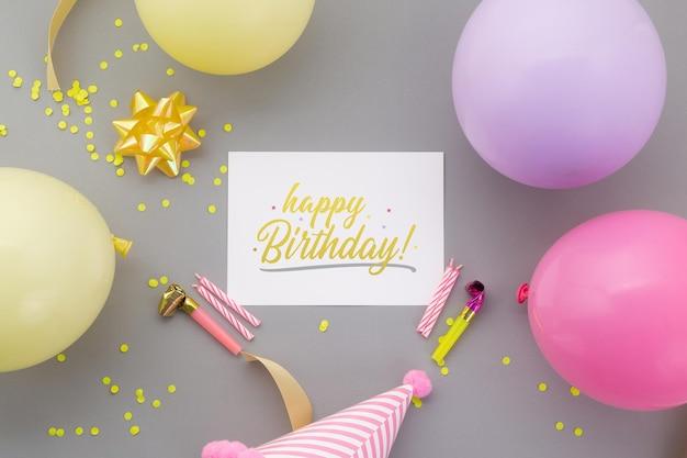 Gelukkige verjaardag achtergrond, plat lag feestdecoratie met flyer uitnodigingskaart mockup sjabloon. Premium Psd