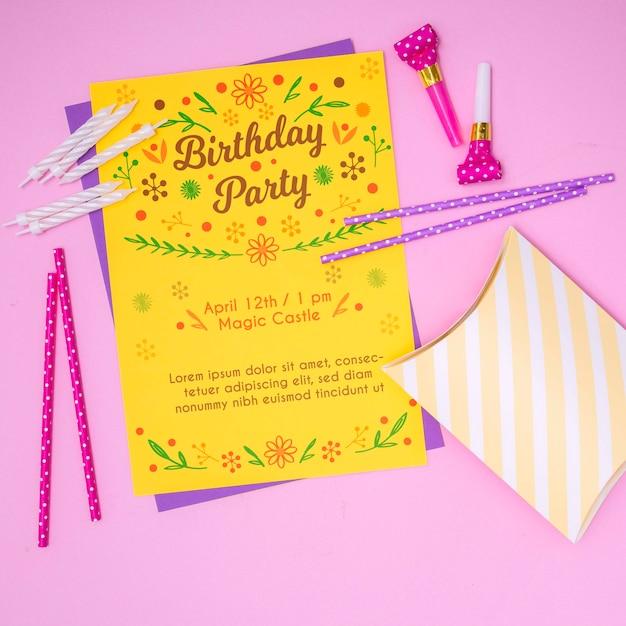 Gelukkige verjaardag mock-up brief uitnodiging en rietjes Gratis Psd