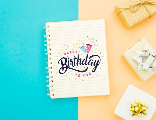 Gelukkige verjaardag mock-up en verpakte geschenken Gratis Psd