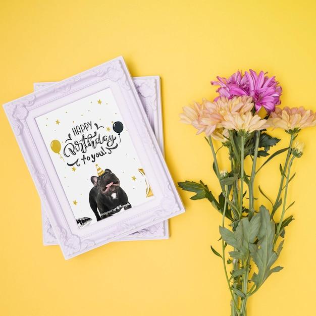 Gelukkige verjaardag mock-up met bloemen en fotolijsten Gratis Psd