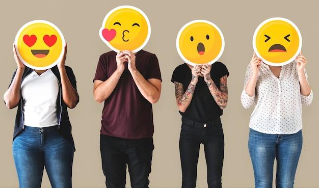 Gente diversa cubierta de emoticones PSD gratuito