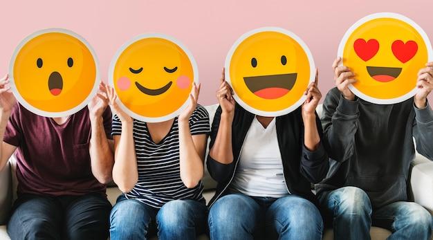 Gente diversa cubierta de emoticones PSD Premium