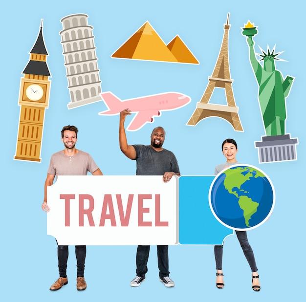 Gente diversa feliz sosteniendo iconos de viaje PSD Premium