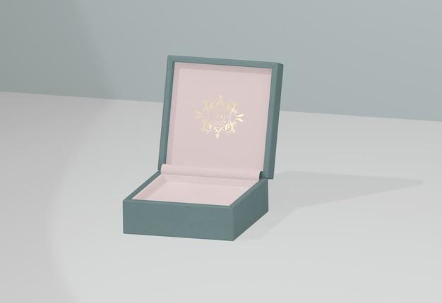 Geopende en lege juwelendoos met gouden symbool Gratis Psd