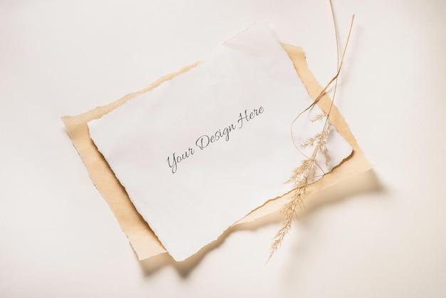 Gescheurd papier mockup geïsoleerd met gedroogd gras Premium Psd