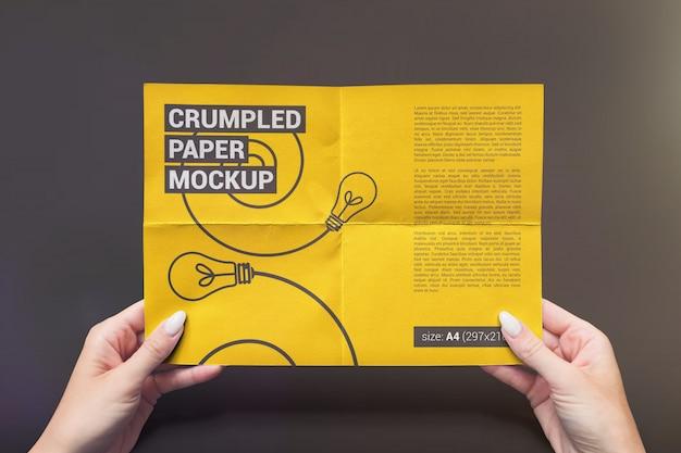 Gevouwen papier in handen mockup Premium Psd