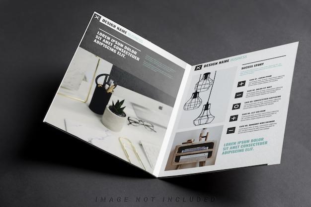 Gevouwen tweevoudig visitekaartje mockup op zwart Premium Psd