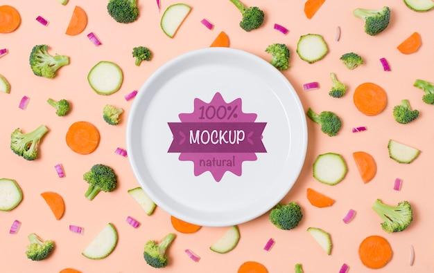 Gezonde voeding mock-up plaat met wortel en broccoli Premium Psd