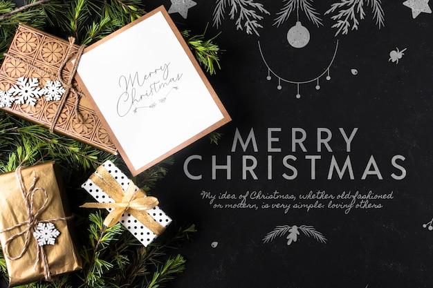Giften voor kerstmis met kaart naast Gratis Psd