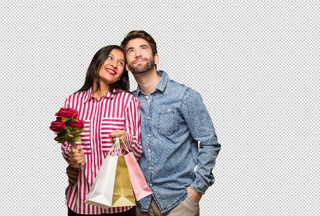 Giovane coppia in san valentino sognando di raggiungere obiettivi e scopi Psd Premium