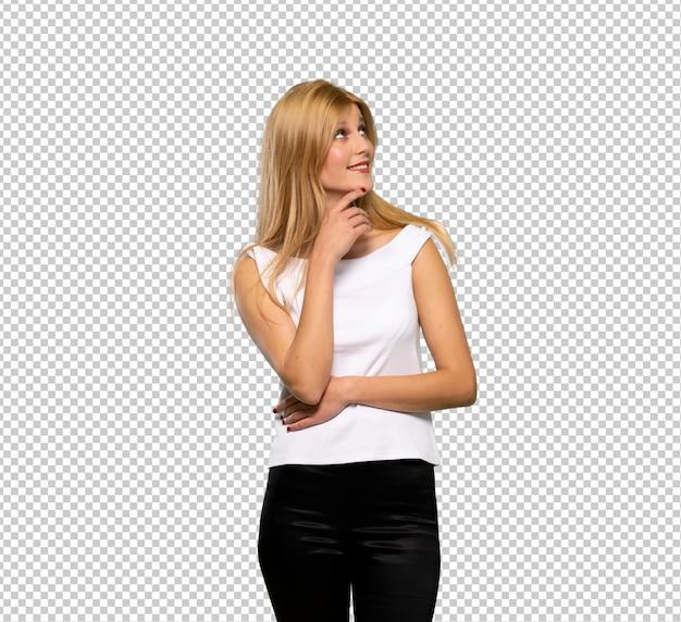 Giovane donna bionda che pensa un'idea mentre osserva in su Psd Premium