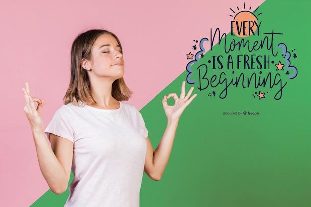 Giovane donna che medita accanto alla citazione positiva Psd Gratuite