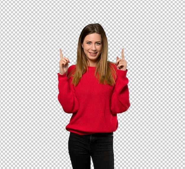 Giovane donna con maglione rosso che punta con il dito indice una grande idea Psd Premium