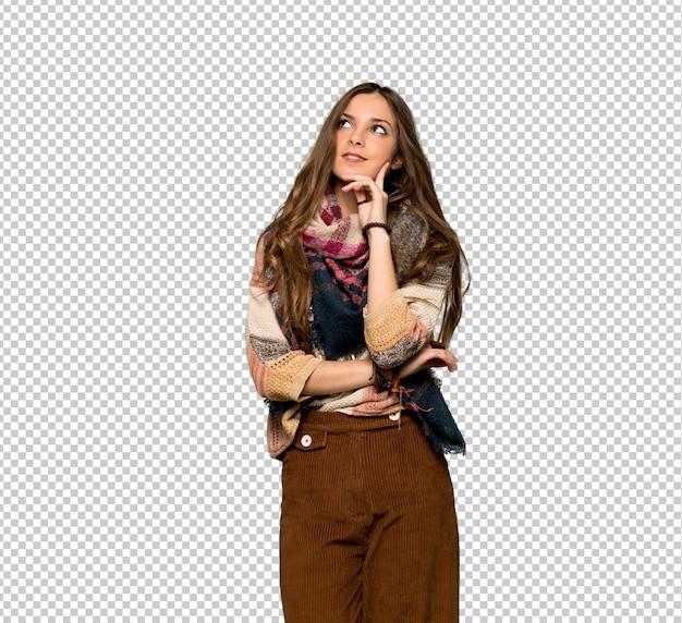 Giovane donna di hippy che pensa un'idea mentre osserva in su Psd Premium