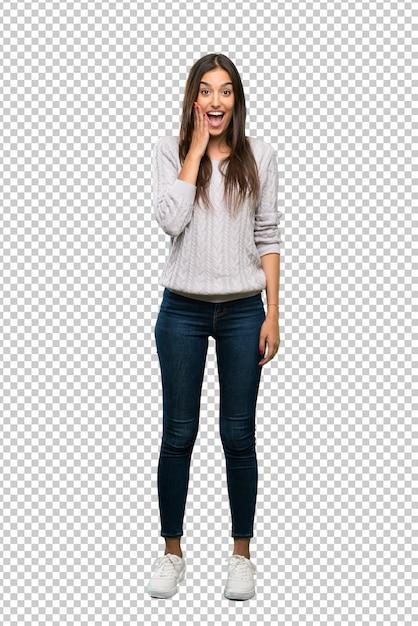 Giovane donna ispanica del brunette con l'espressione facciale sorpresa e colpita Psd Premium