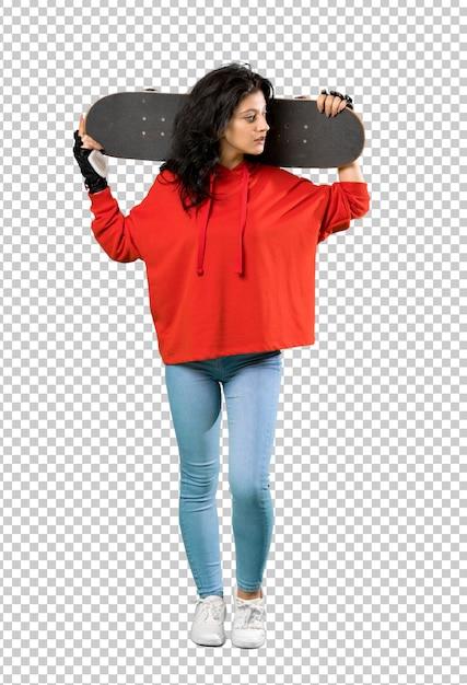 Giovane donna skater con felpa rossa Psd Premium