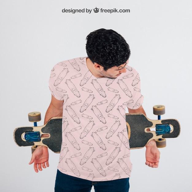 Giovane ragazzo con skateboard e maglietta di mock up Psd Gratuite