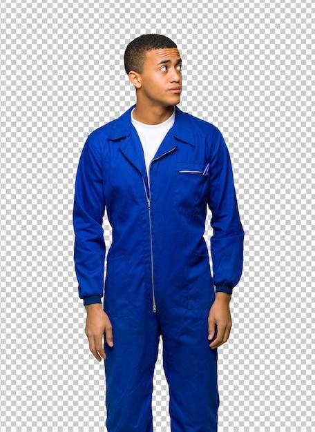 Giovane uomo afro american worker alzando lo sguardo con la faccia seria Psd Premium