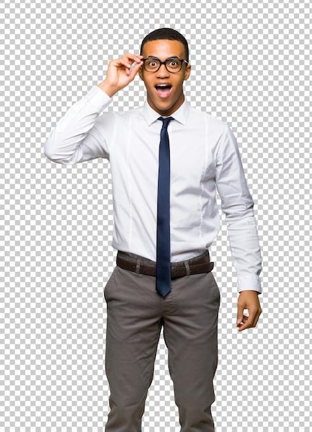 Giovane uomo d'affari afro americano con gli occhiali e sorpreso Psd Premium