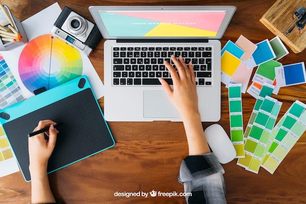 Grafisch ontwerper bovenaanzicht mockup met laptop Gratis Psd