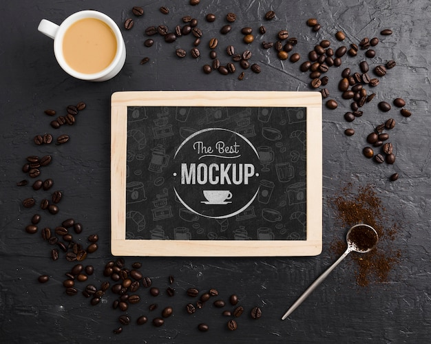 Granos de café y maqueta de taza de café PSD gratuito