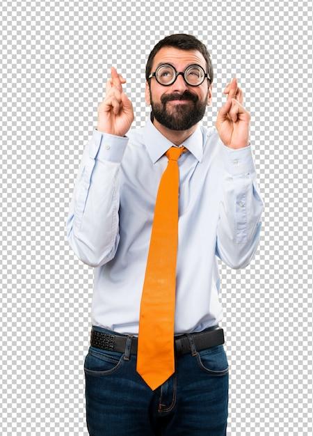 Grappige mens met glazen met zijn vingers kruising Premium Psd