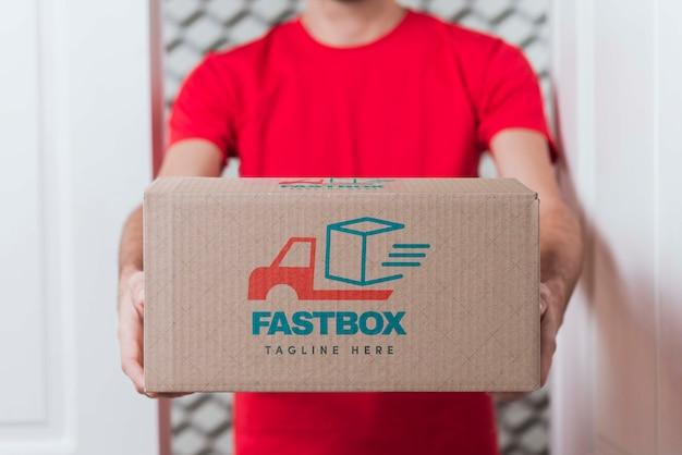 Gratis non-stop levering doos in handen gehouden Gratis Psd