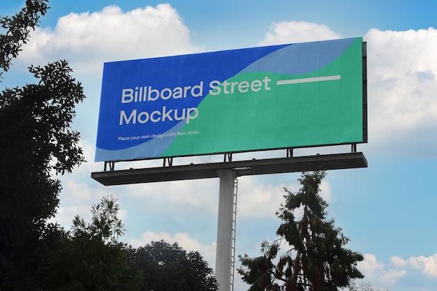 Groot reclamebordmodel op blauwe hemel met wolken Gratis Psd