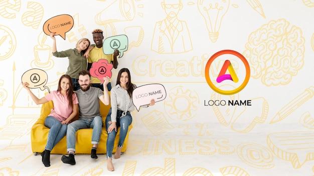 Gruppo di amici seduti su un divano e il nome del logo Psd Gratuite