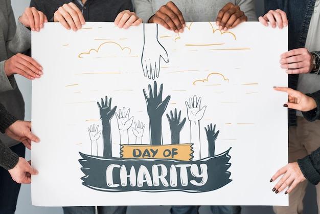 Gruppo di persone che tengono il cartello mockup per beneficenza Psd Gratuite