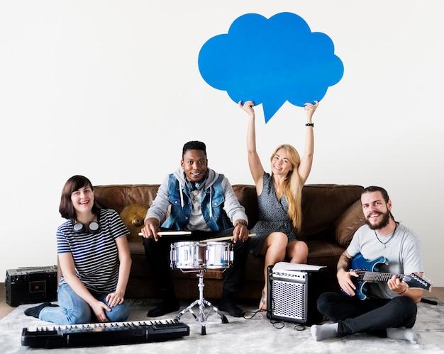 Gruppo di persone diverse che suonano musica Psd Premium