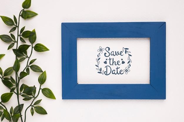 Guarde la maqueta fecha marco y planta azul oscuro PSD gratuito