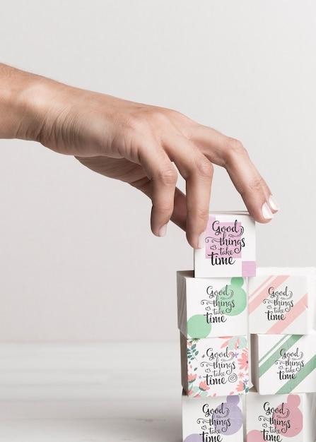 Hand kleurrijke blokken met citaten aan te raken Gratis Psd