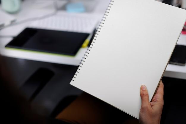 Hand met laptop Gratis Psd