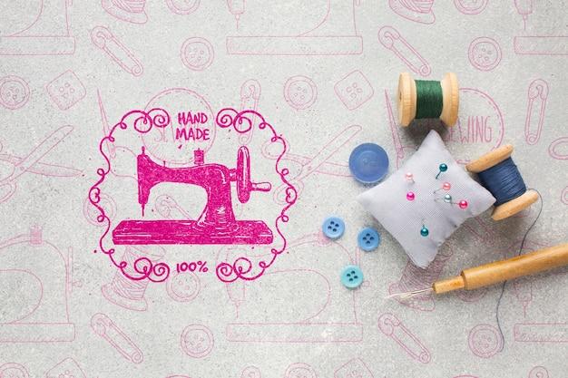 Handwerkmodel met naaigereedschap Gratis Psd