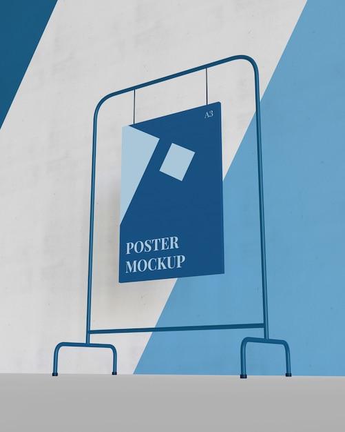 Hangend affichemodel met een lagere kijkhoek Premium Psd