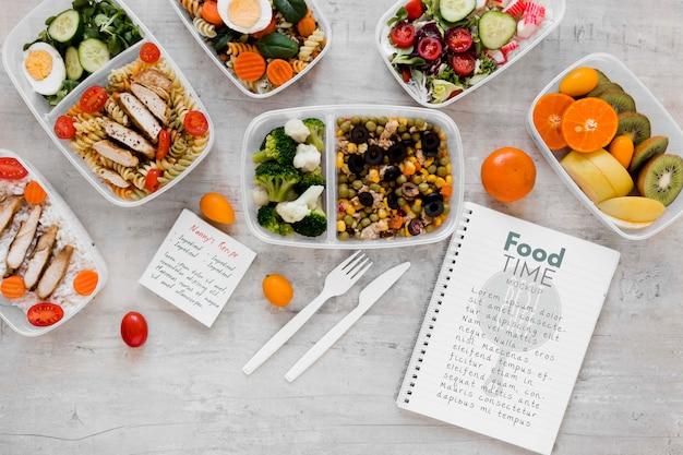 Heerlijke maaltijden en notebookmodel Gratis Psd